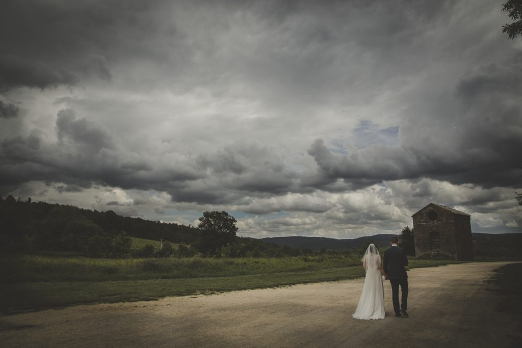 outdoor wedding in san galgano abbey siena