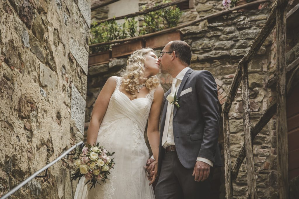 outdoor wedding in castello di gargonza arezzo