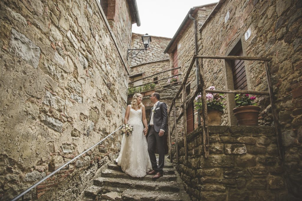 wedding photographer in castello di gargonza arezzo