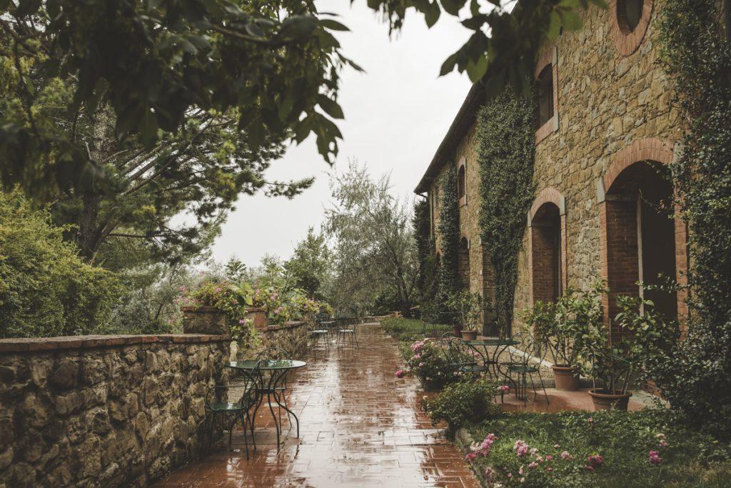 outdoor wedding in antico borgo poggitazzi arezzo