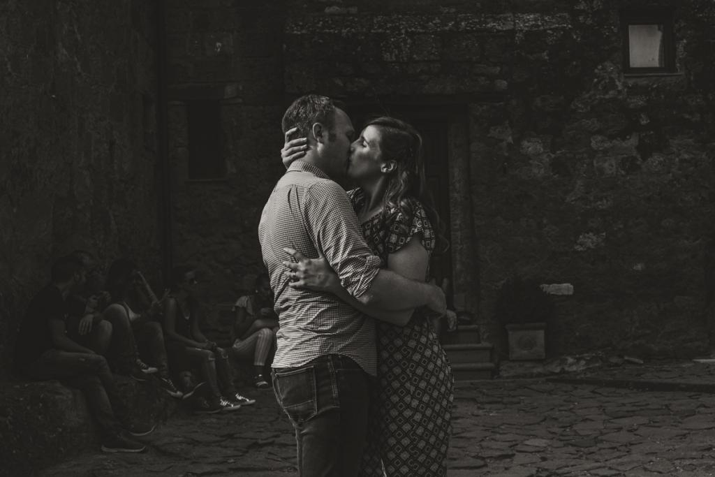 romantic engagement photographer in tuscany