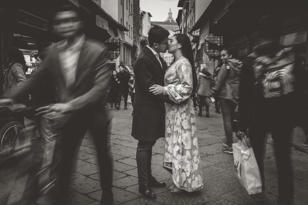 engagement photographer in tuscany